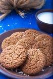 Печенья овсяной каши в коричневой плите на голубой предпосылке Деревенский тип конец вверх Стоковые Фотографии RF