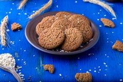 Печенья овсяной каши в коричневой плите на голубой предпосылке Деревенский тип конец вверх Стоковые Изображения RF