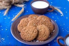 Печенья овсяной каши в коричневой плите на голубой предпосылке Деревенский тип конец вверх Стоковое Изображение RF
