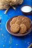 Печенья овсяной каши в коричневой плите на голубой предпосылке Деревенский тип Взгляд сверху Стоковое Фото