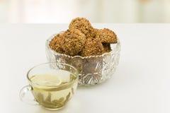 Печенья овсяной каши в кристаллических вазе и чашек чаю Стоковые Фото