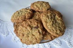 Печенья овсяной каши изюминки на белой плите Стоковое Фото