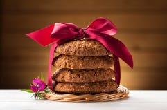 Печенья овсяной каши на белой таблице стоковые фотографии rf