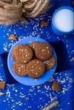 Печенья овсяной каши на голубой плите в чашке молока деревенский Взгляд сверху Стоковое Изображение RF