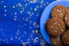 Печенья овсяной каши на голубой плите на голубой деревянной предпосылке Взгляд сверху скопируйте космос Стоковые Фотографии RF