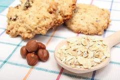 Печенья овсяной каши при ингридиенты лежа на покрашенной предпосылке Стоковое Изображение RF