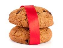 Печенья овсяной каши при шоколад связанный при красная лента изолированная на белой предпосылке Стоковое Изображение RF