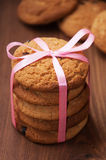Печенья овсяной каши с розовой лентой Стоковая Фотография RF