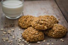 Печенья овсяной каши с семенами сезама и стеклом молока Стоковые Фотографии RF