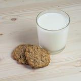 2 печенья овсяной каши с стеклом молока Стоковые Фотографии RF