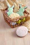 Печенья пасхи в плетеной корзине стоковые фотографии rf