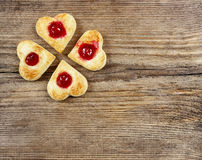 Печенья печенья слойки в форме сердца заполнили с вишнями Стоковое Фото