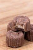 Печенья пралине шоколада на деревянной доске Стоковые Фотографии RF