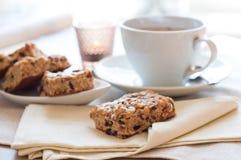 печенья придают форму чашки домодельный чай стоковая фотография rf