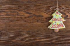 Печенья пряника вися над деревянной предпосылкой Взгляд сверху украшений рождества с космосом экземпляра стоковая фотография rf