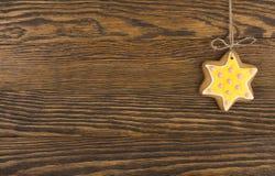 Печенья пряника вися над деревянной предпосылкой Взгляд сверху украшений рождества с космосом экземпляра стоковые фото