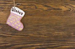 Печенья пряника вися над деревянной предпосылкой Взгляд сверху украшений рождества с космосом экземпляра стоковое фото rf