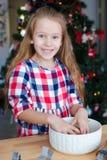 Печенья пряника выпечки маленькой девочки для Стоковая Фотография RF