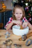 Печенья пряника выпечки маленькой девочки для Стоковые Фотографии RF