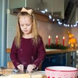 Печенья пряника выпечки маленькой девочки для Стоковое фото RF