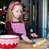 Печенья пряника выпечки маленькой девочки для Стоковое Изображение