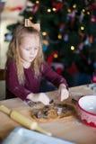 Печенья пряника выпечки маленькой девочки для Стоковое Изображение RF