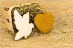 Печенья пряника в форме голубя и сердца Валентайн дня s Стоковые Изображения