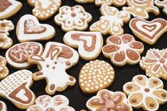 Печенья пряника в форме кролика, цветков, сердец, бабушек и пасхальных яя, покрытых с белизной и замороженностью шоколада стоковые изображения rf