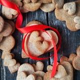 Печенья пряника в форме сердца на дне валентинки Стоковые Фото