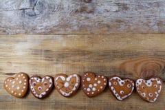 Печенья пряника в форме сердц Стоковые Фотографии RF