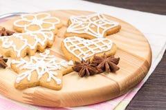 Печенья пряника на деревянной доске Стоковые Фото