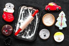 Печенья пряника на Новый Год 2018 около вращающей оси и муки на черном взгляд сверху предпосылки Стоковое Фото