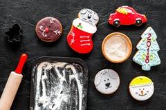Печенья пряника на Новый Год 2018 около вращающей оси и муки на черном взгляд сверху предпосылки Стоковые Фотографии RF