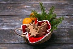Печенья пряника овсяной каши в форме рождественской елки в корзине стоковые фото