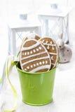 Печенья пряника пасхи в зеленом ведре Стоковое Фото