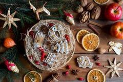 Печенья пряника рождества в круглой плетеной корзине на древесине Стоковые Изображения
