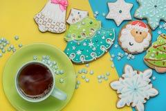 Печенья пряника рождества, горячий чай на яркой предпосылке Стоковое фото RF