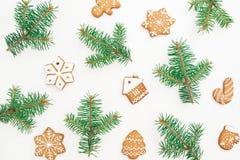 Печенья пряника рождества и ветви ели на белой предпосылке Плоское положение, взгляд сверху Стоковые Изображения RF