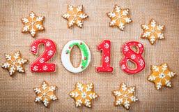 Печенья 2018 пряника рождества на предпосылке мешковины скопируйте космос праздник, торжество и концепция варить С Рождеством Хри Стоковое Изображение RF