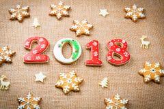 Печенья 2018 пряника рождества на предпосылке мешковины скопируйте космос праздник, торжество и концепция варить С Рождеством Хри Стоковое фото RF