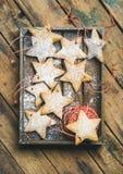 Печенья пряника рождества с порошком и украшением сахара rope Стоковые Фото