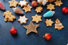 Печенья пряника рождества в форме безделушки звезды и Нового Года Стоковое Изображение