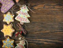 Печенья пряника рождества домодельные над деревянной предпосылкой Стоковое Изображение RF
