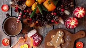 Печенья пряника рождества домодельные на деревянном столе сток-видео