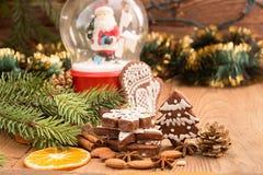 Печенья пряника рождества против сферы предпосылки с Сан Стоковые Изображения RF