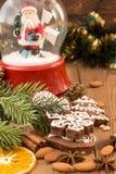Печенья пряника рождества против сферы предпосылки с Сан Стоковое Фото