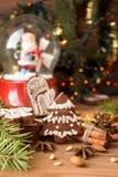 Печенья пряника рождества против сферы предпосылки с Сан Стоковое Изображение