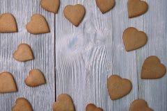 Печенья пряника сердца на деревянной предпосылке Взгляд сверху Стоковое Фото