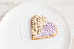 Печенья пряника формы фиолетового сердца Стоковые Изображения