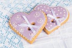 2 печенья пряника формы фиолетовых сердца Стоковые Изображения RF